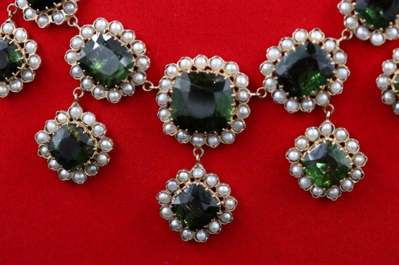 Détail collier péridots et perles fines