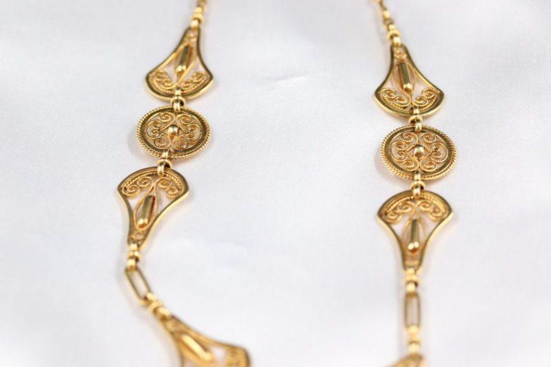 Détail collier collerette or avec pendeloques