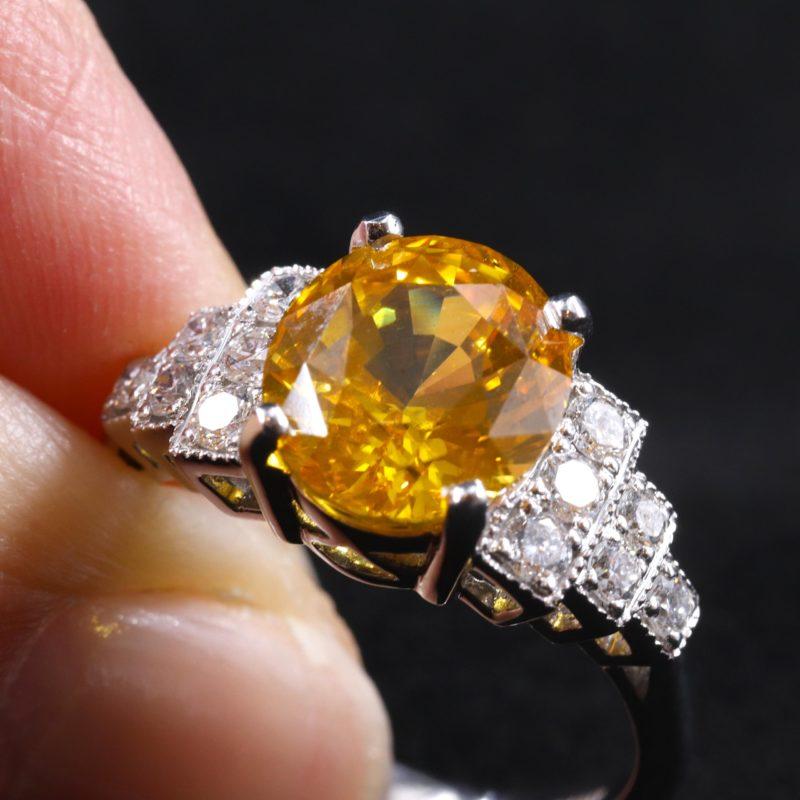 Bague Saphir jaune épaulée de diamants