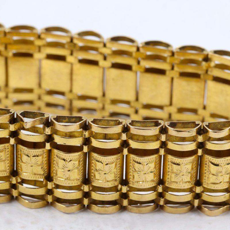 Bracelet en or jaune XIXe maillons plaques bombées ajourées articulées