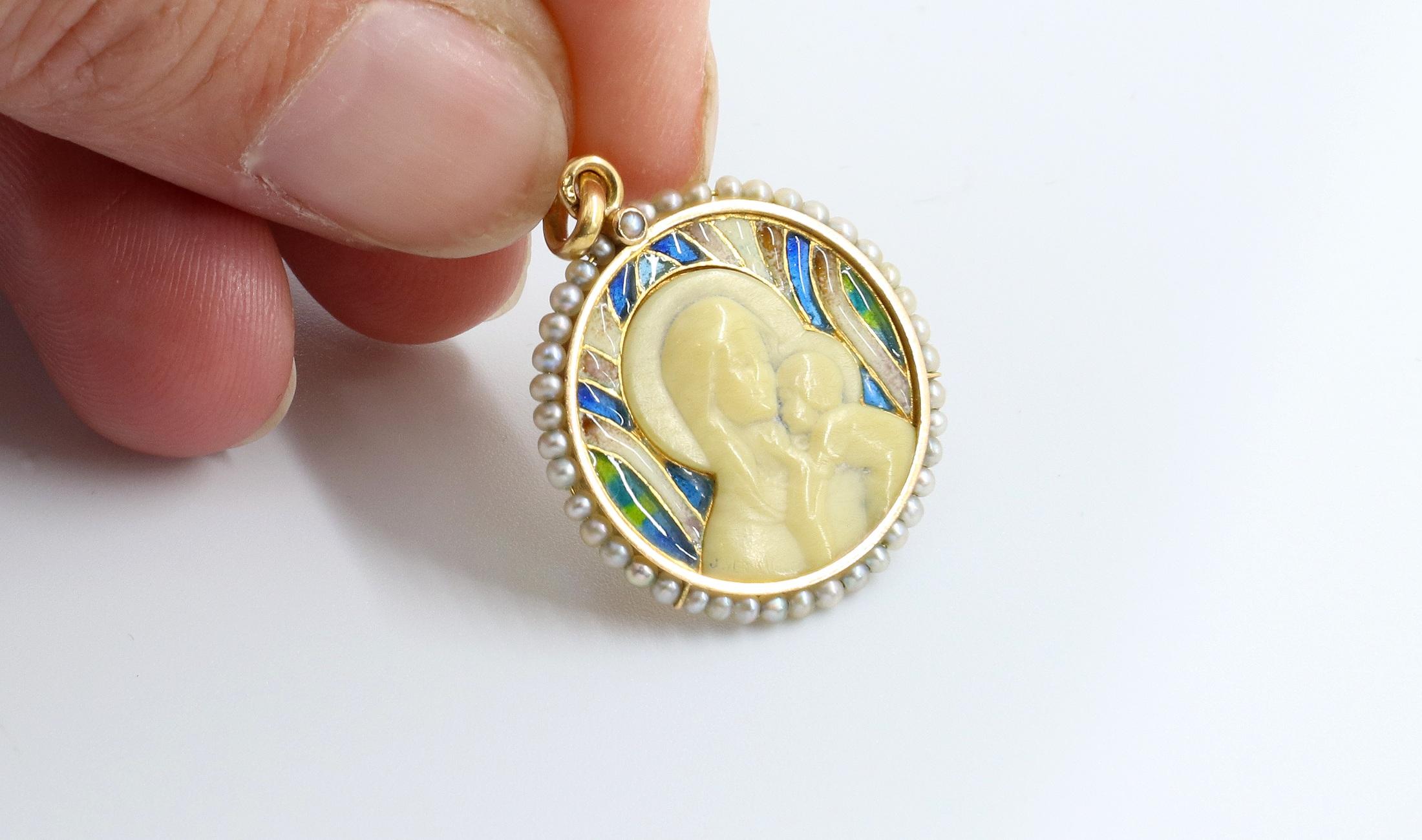 Gros plan médaille ivoire, émail or et perles fines