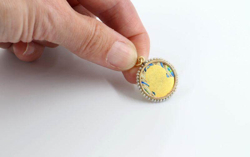 Dos médaille ivoire, émail or et perles fines