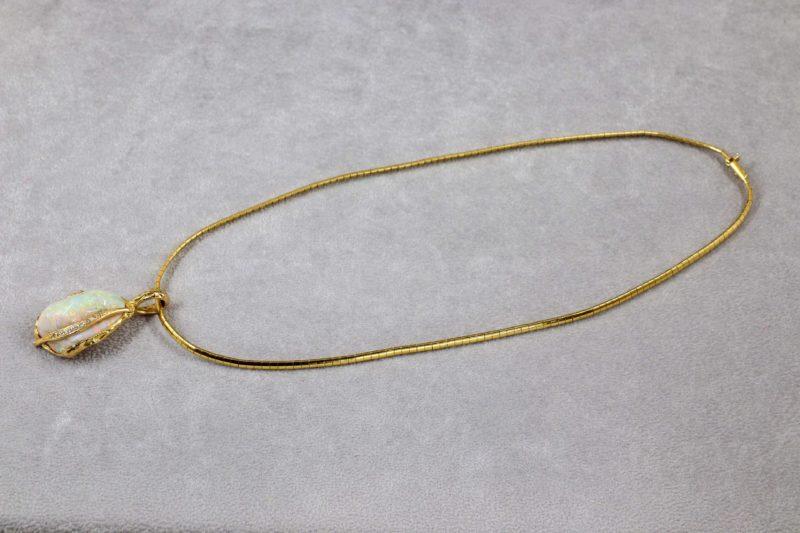 Collier semi-rigide et opale