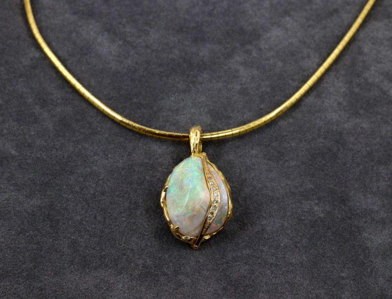 Pendentif bivalve fossilisé en opale et diamants