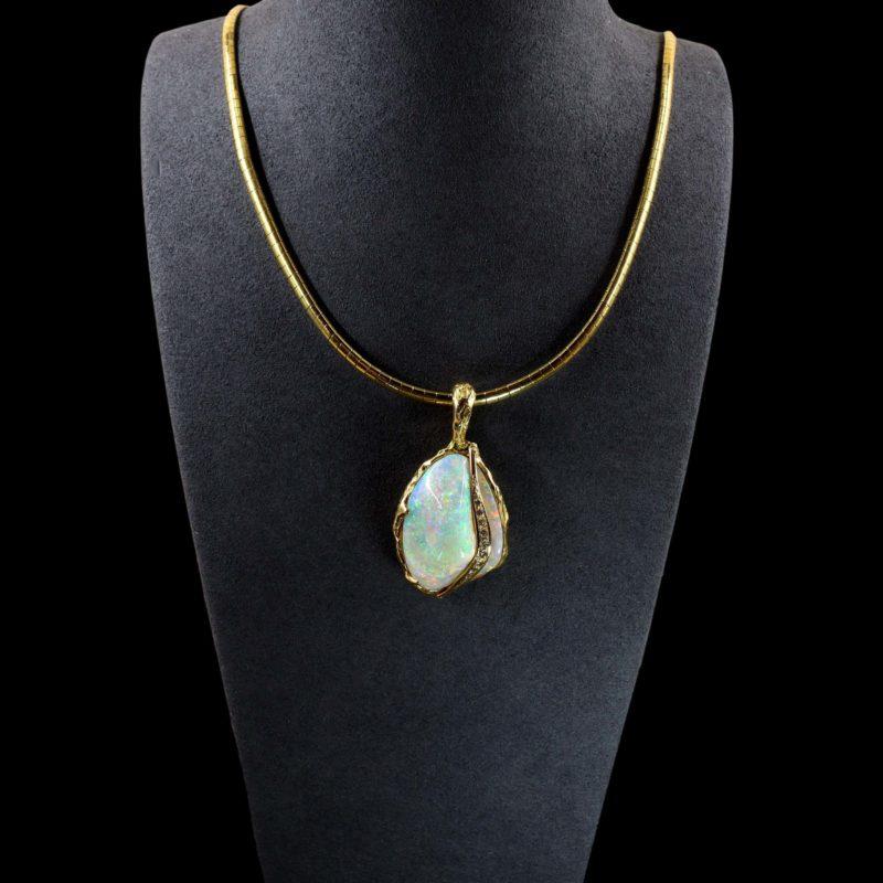 Pendentif bivalve fossilisé en opale